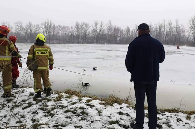 Niebezpieczna sytuacja na stawie w Graboszycach. Człowiek wpadł pod lód