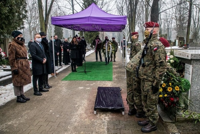 Samorządowcy z arcybiskupem na cmentarzu, upamiętnili śmierć sprzed 80 laty
