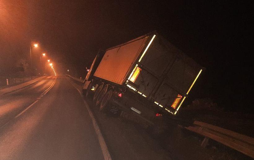 Ciężarówka nad przepaścią. Kierowcę uratowały bariery energochłonne