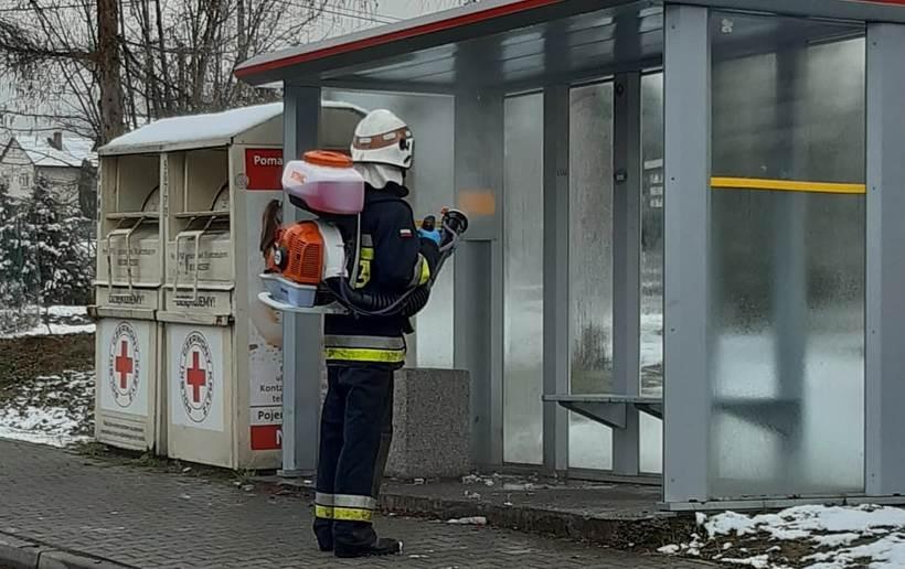 Strażacy z Małopolski odkażają teren. Chcą chronić nas przed koronawirusem