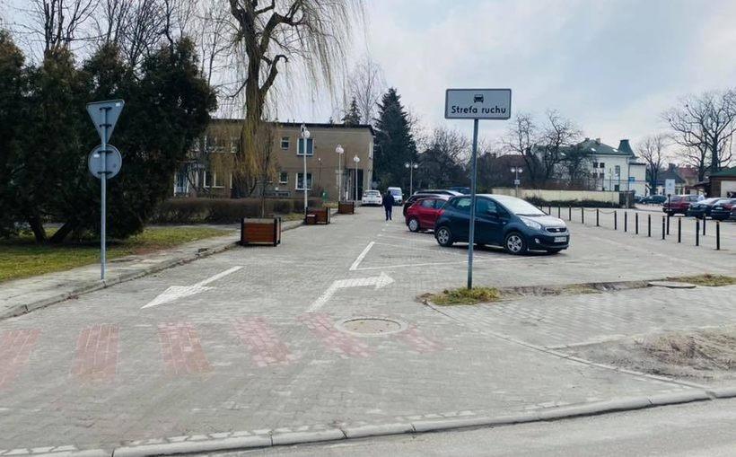"""Nowe """"stare"""" miejsca postojowe w centrum Wadowic wróciły. Przy Wojtyłów otwarty parking"""