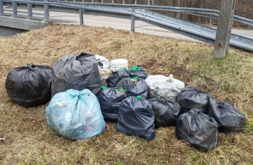 Dziesiątki kilogramów odpadów zebrały emerytki z Rzyk. To wstyd dla śmieciarzy!