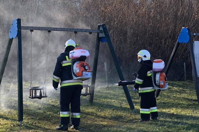 Strażacy rozpylają środki dezynfekujące