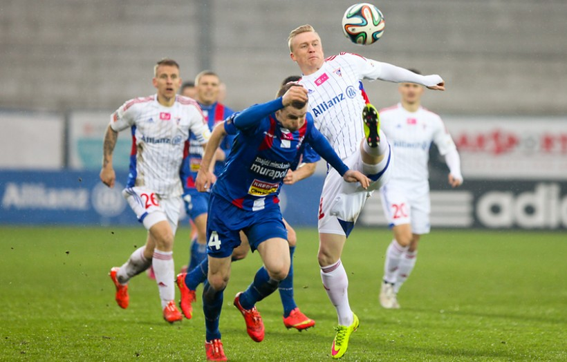 Damian Chmiel (niebieska koszulka) oraz Mariusz Magiera często biegający po tej samej stronie boiska, walczyli ze sobą zacięcie nie tylko o piłkę, ale także o to, kto strzeli więcej bramek