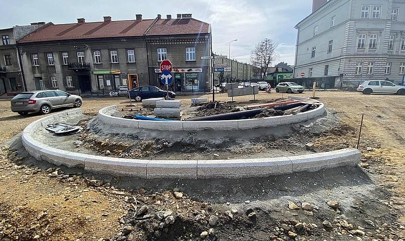 Na skrzyżowaniu ulic Lwowskiej, Poprzecznej i Legionów powstaje obecnie rondo