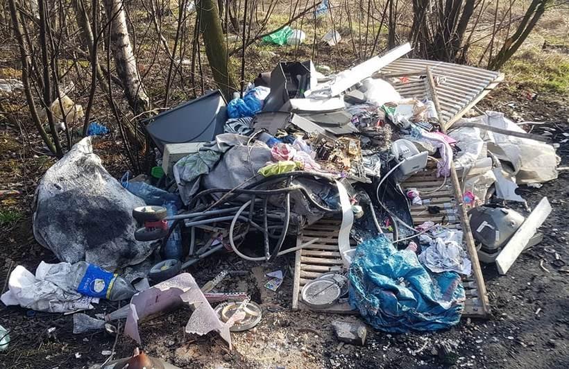Dzikie wysypisko śmieci przy wysypisku gminnym w Choczni