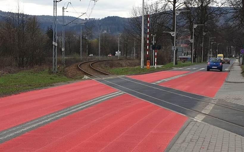 Czerwony kolor na przejeździe kolejowym w Suchej Beskidzkiej