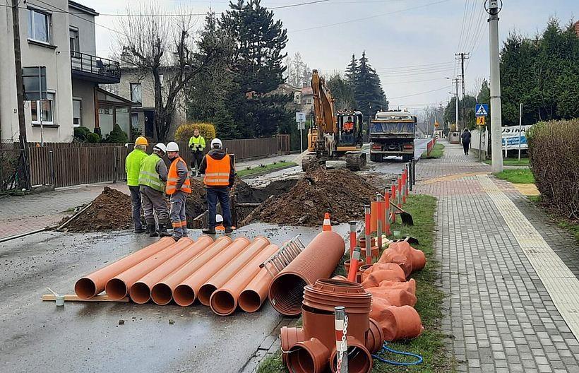 Ważna trasa w Andrychowie wyłączona z ruchu. Pękła rura pod ulicą