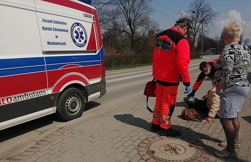 Kobieta leżała na chodniku w Wadowicach, mało kogo to dziwiło. Ktoś w końcu zareagował?