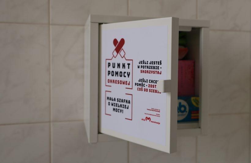 Zacna inicjatywa w Wadowicach. W budynku MOPS zamontowano szafkę z podpaskami