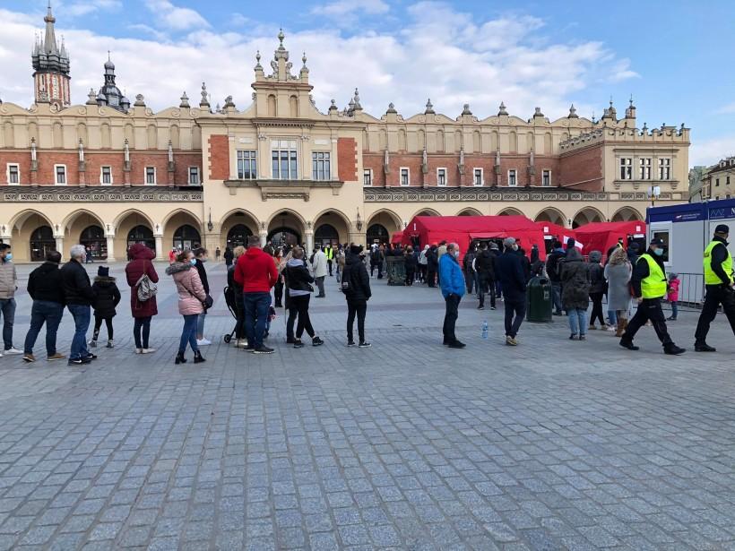 Tłumy po szczepionkę w Krakowie. Ludzie czekali po kilka godzin