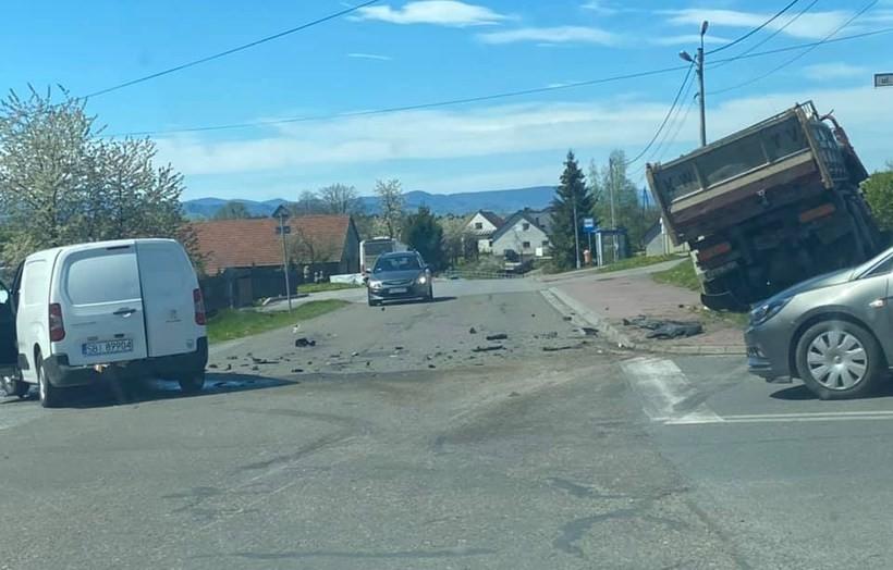 Zderzenie wielkiej ciężarówki z dostawczakiem w Witanowicach. Wyglądało groźnie