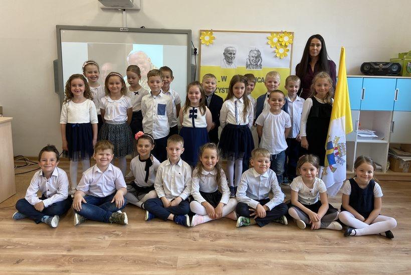 Dzieciaki z Choczni uczciły rocznicę urodzin Papieża Polaka