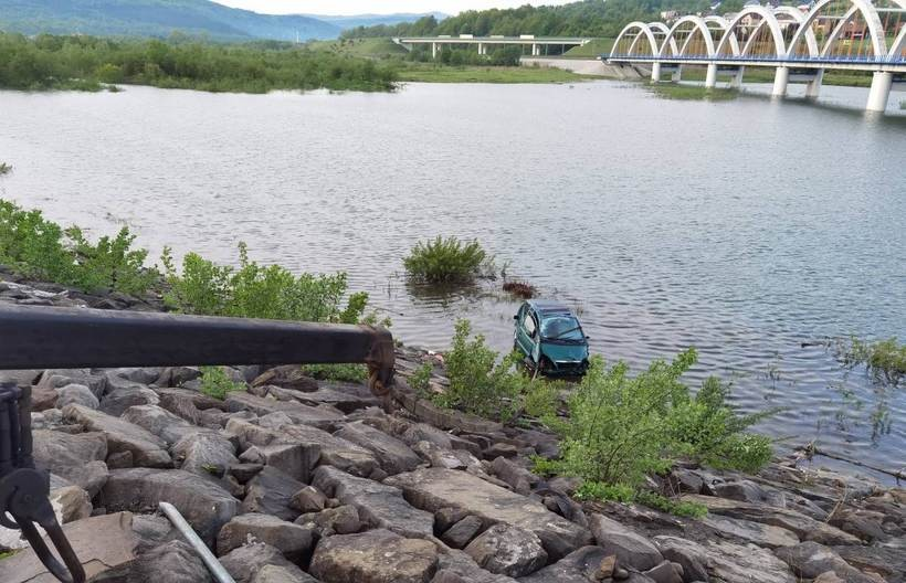 Mogło dojść do tragedii. Auto wpadło do Jeziora Mucharskiego