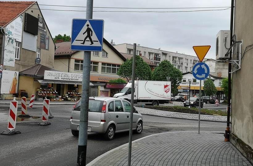 Wjazd na rondo od ulicy Poprzecznej