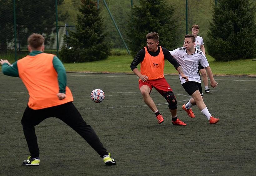 Turniej GOLA w Wadowicach już rozrgrzany.  138 piłkarzy i... jedna piłkarka walczą o puchar