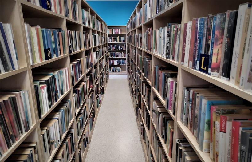 Wraca raj dla moli książkowych. Księgozbiór w wadowickiej bibliotece będzie udostępniony