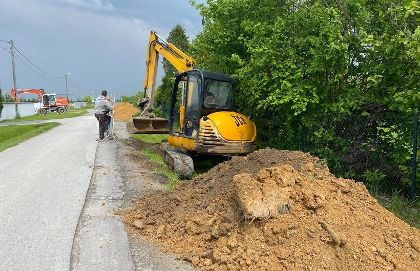 Ruszyły prace przy sieci kanalizacyjnej w Kleczy Pniakach. Co z ruchem na drodze?