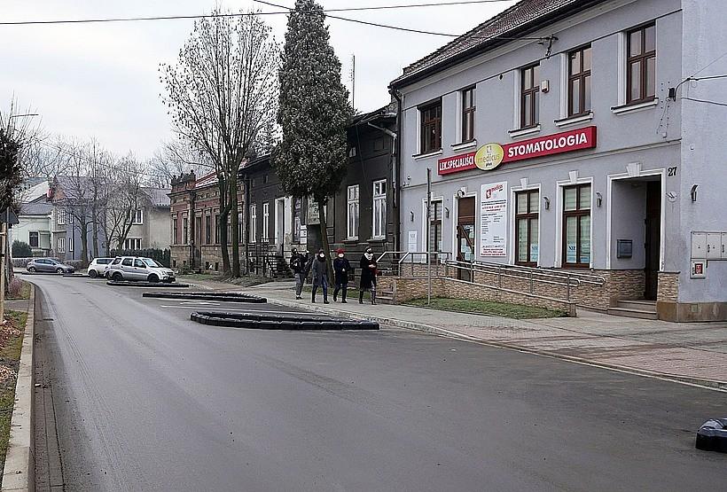 """Starostwo chwali się, że w końcu pomaluje pasy na ulicy Sienkiewicza: """"Prosimy, aby nie parkować"""""""