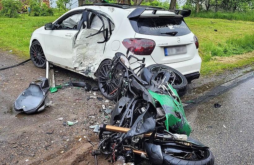W tym wypadku ucierpiały cztery osoby. Życie stracił motocyklista