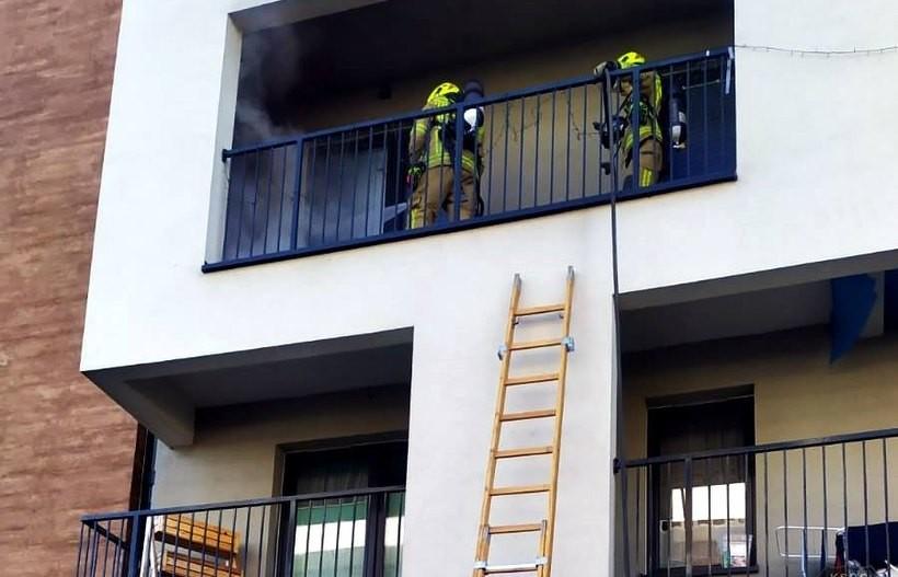 Trzeźwa postawa budowlańców, mogło spłonąć mieszkanie. Ogień pojawił się na balkonie