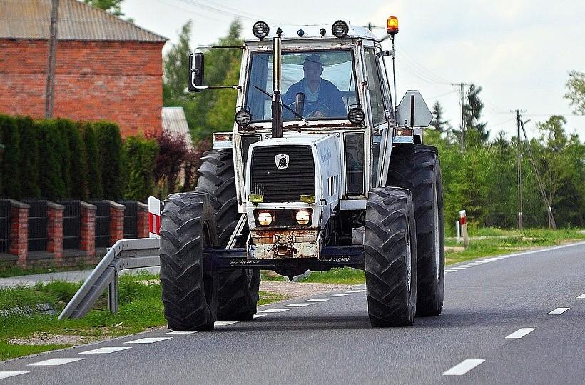 Rolnik na traktorze bujał się na drodze w Lanckoronie. Przestraszył turystów
