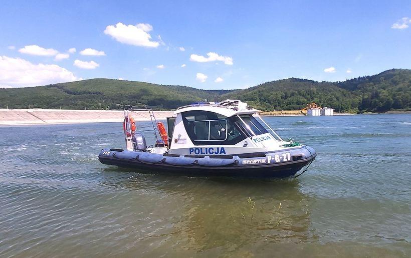 Mają dbać o bezpieczeństwo, sprawdzać zwodowane łodzie. Policjanci na Jeziorze Mucharskim
