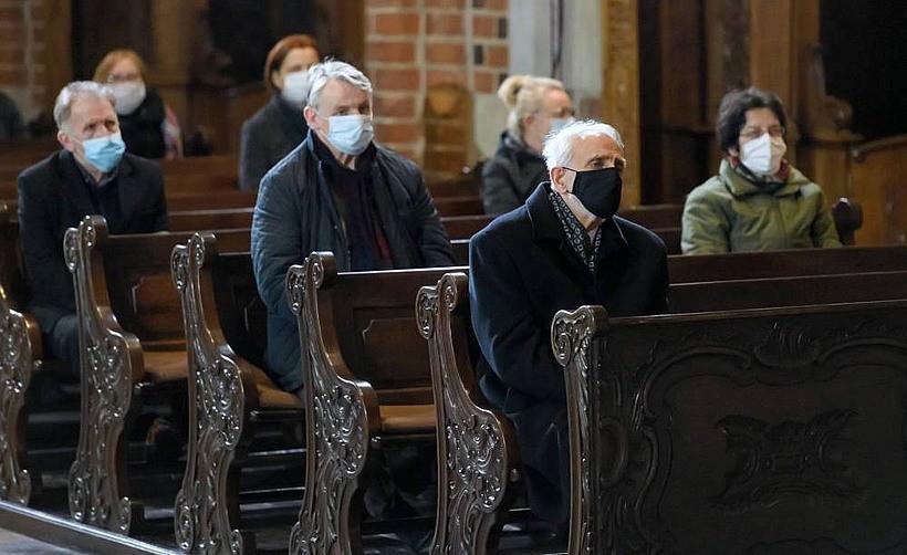 """Dalsze luzowanie zakazów? Premier: """"Chcemy, żeby w kościołach mogła być wypełniona połowa miejsc"""""""