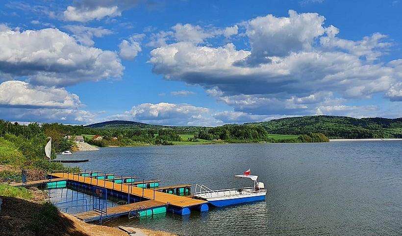 Pierwsza przystań na Jeziorze Mucharskim. W ofercie rowerki, kajaki i motorówki