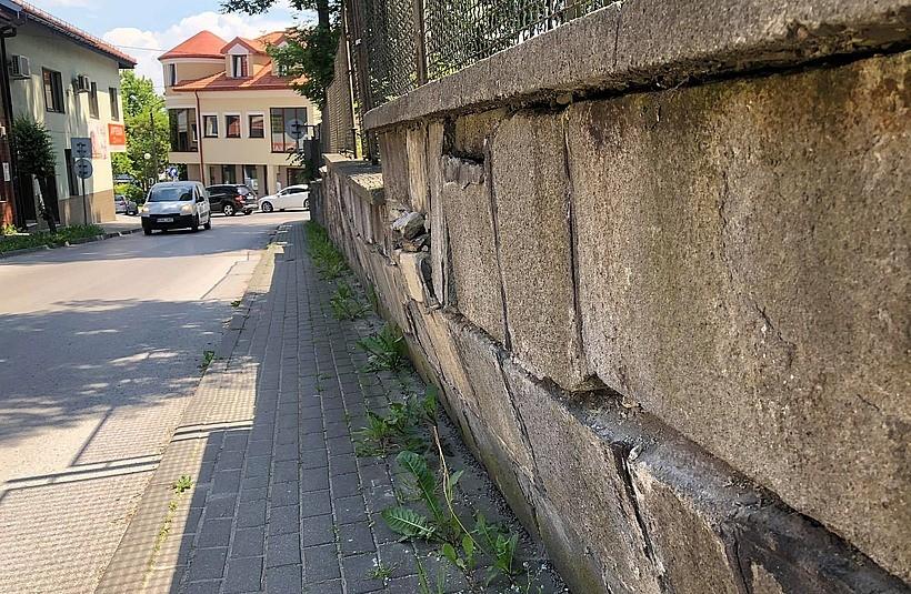 Mur na ulicy Szpitalnej w Wadowicach grozi zawaleniem. Czy właściciel coś z tym zrobi?