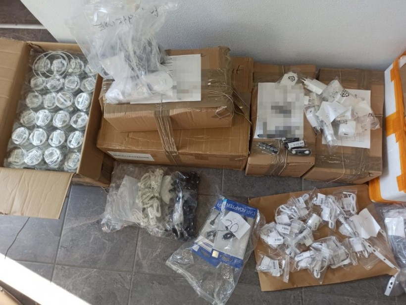 Policja namierzyła w Kalwarii Zebrzydowskiej magazyn z podróbkami do telefonów