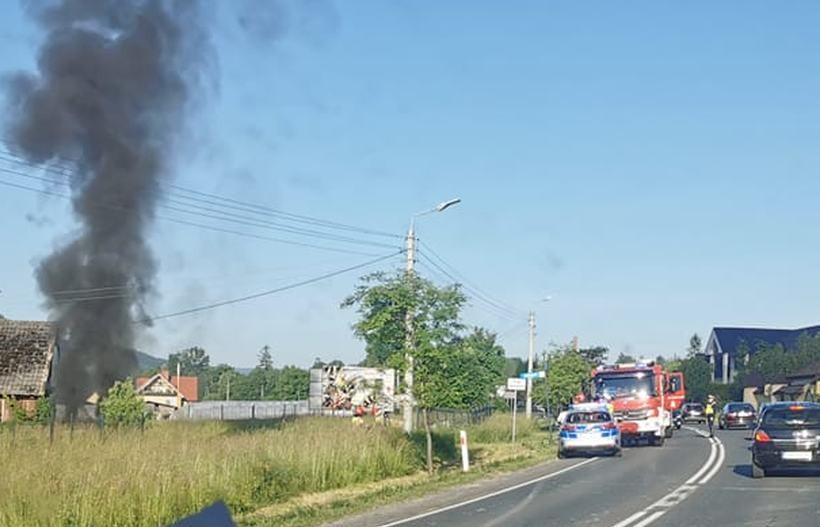 Pożar auta przy drodze krajowej. Poranne utrudnienia na trasie Wadowice - Andrychów