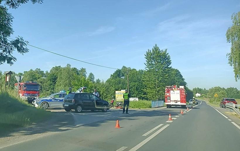 Pechowy wypadek w Tomicach. Kobieta potrąciła motorowerzystę, gdy skręcał w lewo