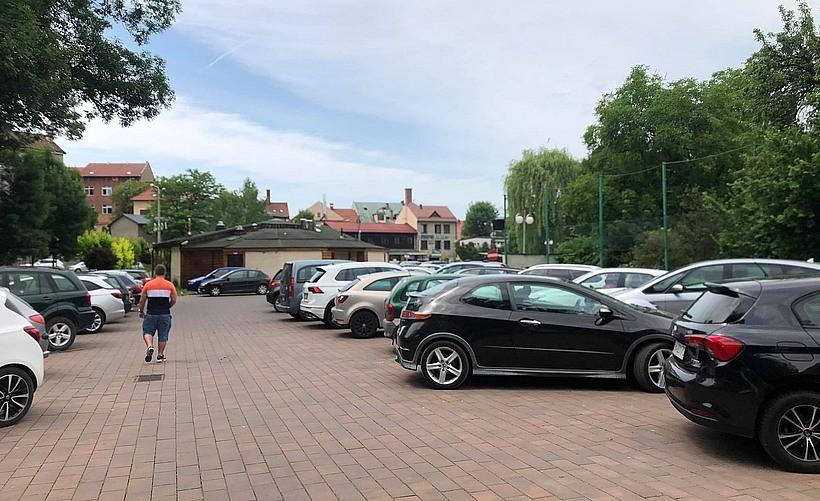 Kierowcy chętnie skorzystali. Na darmowym parkingu w Wadowicach już ciasno