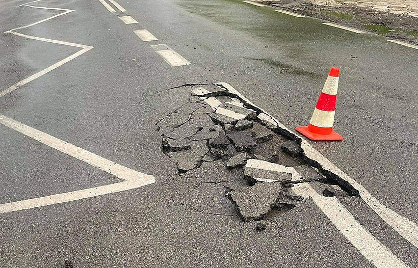 Taaaka dziura na ulicy Mickiewicza w Kalwarii Zebrzydowskiej. Przecież niedawno remontowali?