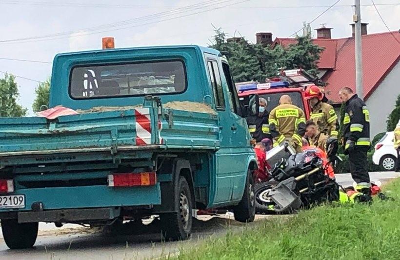 Dwie osoby ranne w wypadku motocykla i auta dostawczego w Tomicach