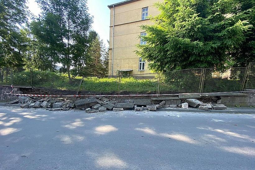 """Katastrofa budowlana w Wadowicach. Zawalił się """"mur starosty"""" na ulicy Szpitalnej"""
