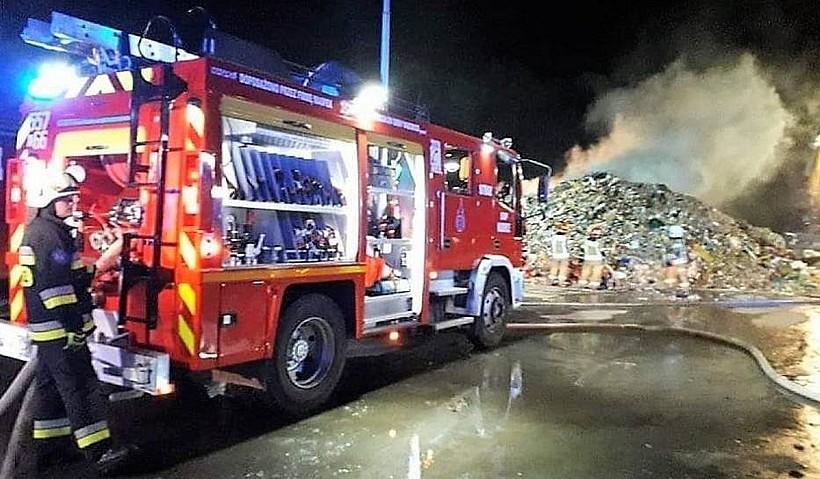 """Policja wyjaśnia zagadkę pożaru na składowisku w Choczni. Strażacy: """"Nie znamy przyczyny"""""""