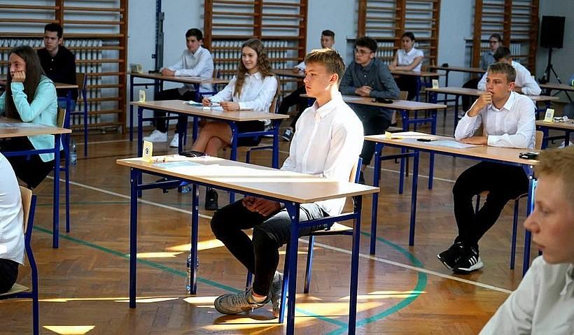 Ósmoklasiści poznali wyniki egzaminów. Zdobyli średnio 60 proc. punktów z polskiego i 47 proc. z matematyki
