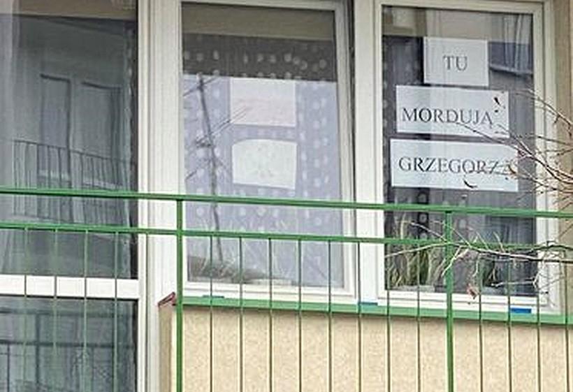 """Koszmar w Kalwarii Zebrzydowskiej! Powiesił martwe zwierzaki na balkonie: """"Śmierdzą i krew z nich kapie"""""""