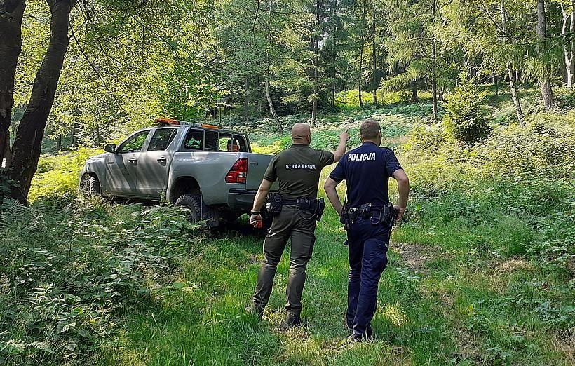 Częste patrole w andrychowskich zagajnikach. Czego szukają policjanci i strażnicy leśni?