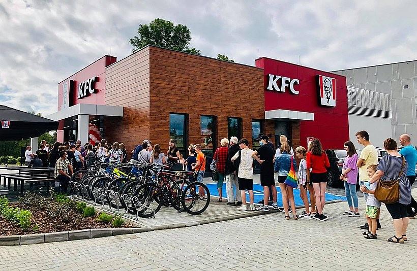 Restauracja KFC w Wadowicach już otwarta. Gości nie brakuje, ustawili się w długiej kolejce