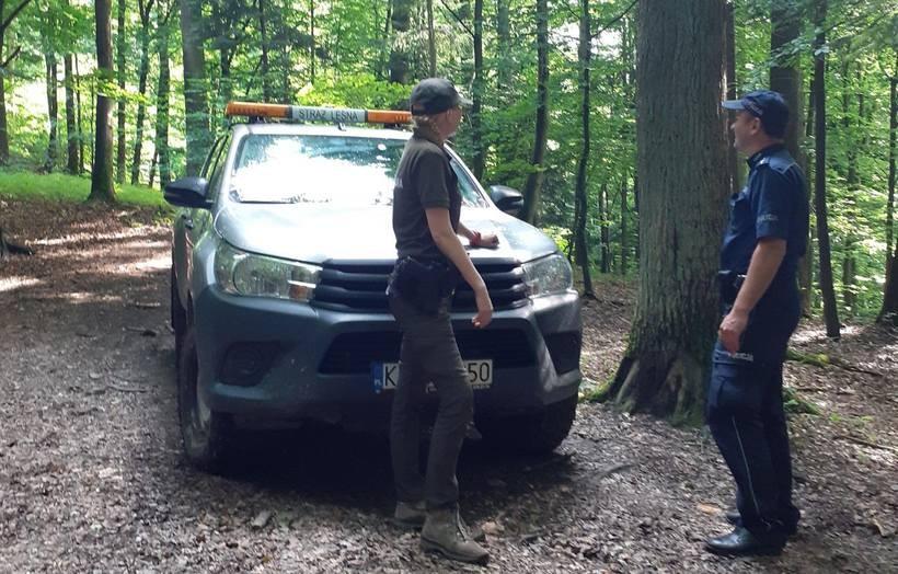 Mieszkańcy Stanisławia masowo zgłaszają problem. Policja i strażnicy pojechali do lasu