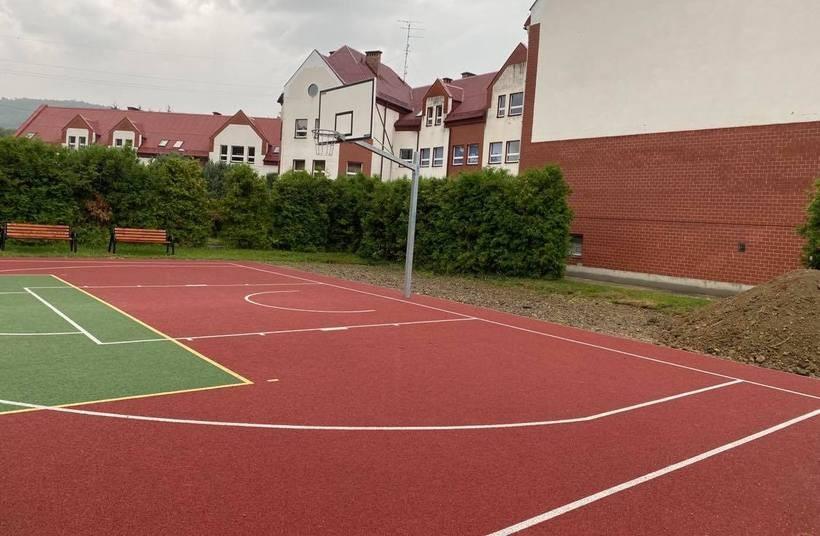 Przy szkole niedawno powstało całkiem nowe boisko