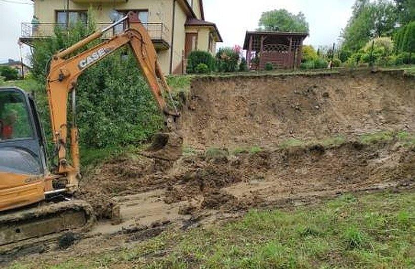 Po ulewie w Lanckoronie osunęła się ziemia. Osuwisko zablokowało dojazd do domów