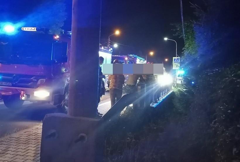W czasie trwania czynności wyjaśniających droga krajowa został częściowo zablokowana przez stojące w miejscu zdarzenia wozy strażackie.