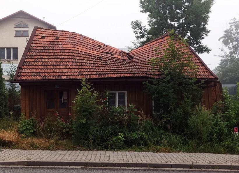 Krzywy domek w Kalwarii Zebrzydowskiej do wyburzenia. W końcu sam by się zawalił
