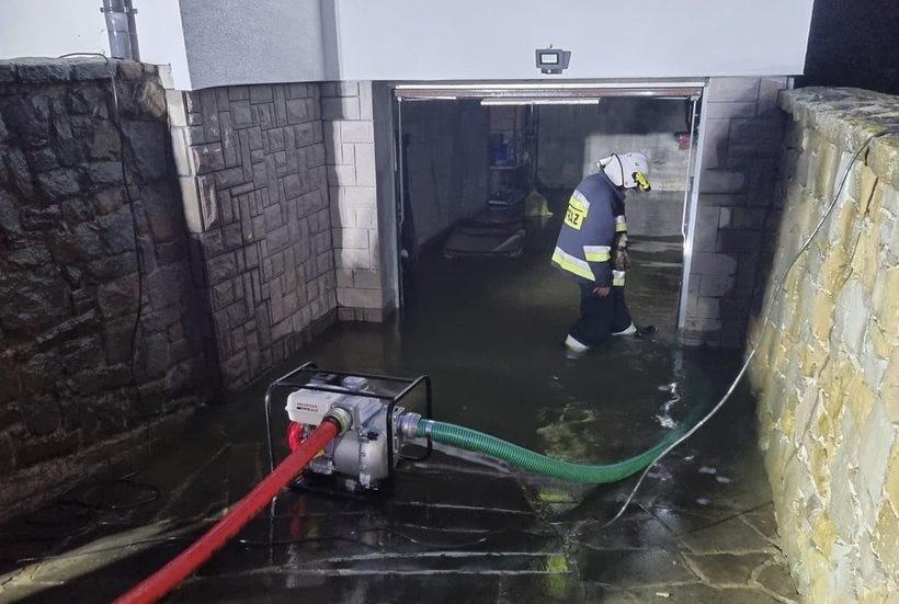 Woda zalewa piwnice i drogi, poziom Skawy niebezpiecznie rośnie. Do kiedy będzie padać?