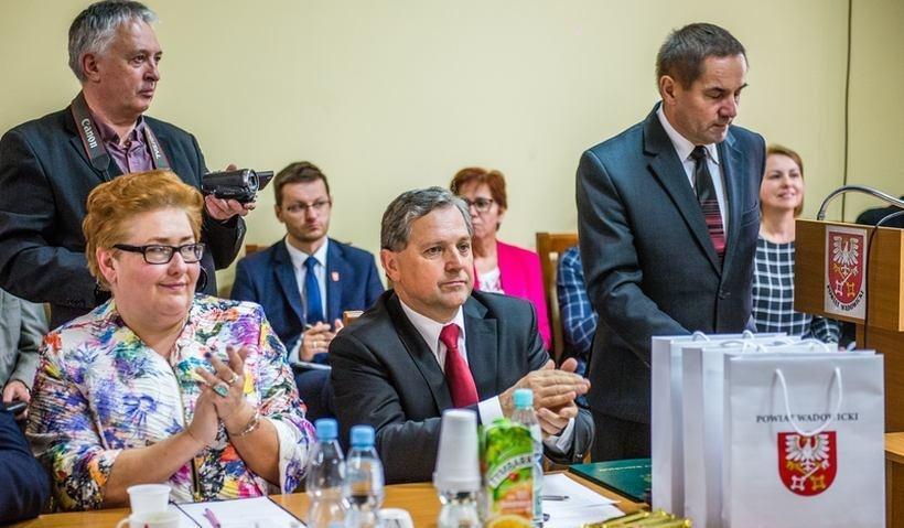 Starosta Eugeniusz Kurdas i wicestarosta Beata Smolec obiecywali budowę hali sportowej w Andrychowie, ale teraz mają problem z dotrzymaniem slowa.