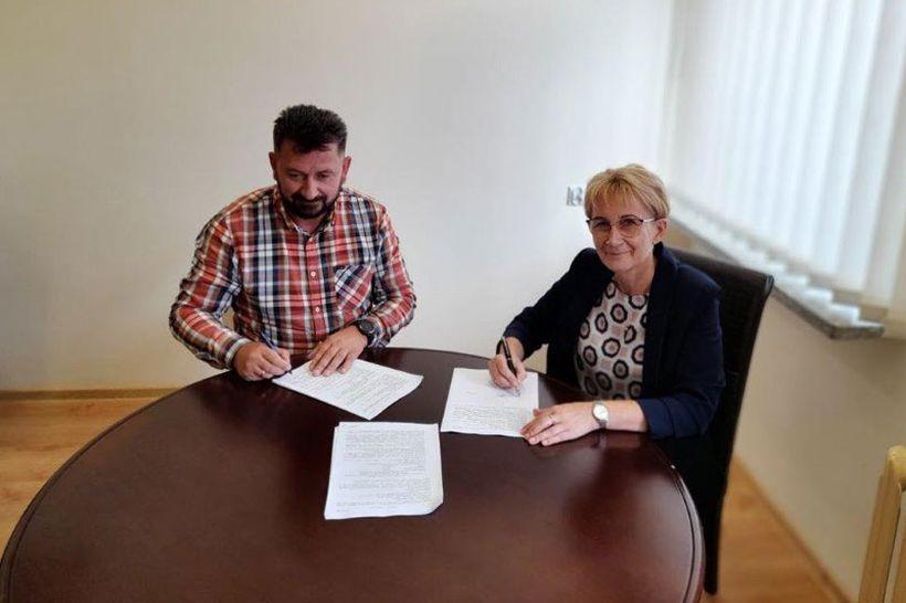"""W dniu 9 sierpnia 2021 roku Wójt Gminy Mucharz podpisała umowę z wykonawcą; Paweł Oleksy Przedsiębiorstwo Robót Budowlanych """"OLEXBUD"""""""